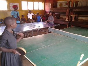 Slum Ping Pong Xolay Tischtennisspieler helfen mit Tischtennisbelägen und Material Kindern