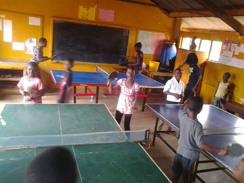 Spendenaktion – Tischtennisspieler helfen Kindern mit Tischtennisbelägen, Hölzern und TT-Material